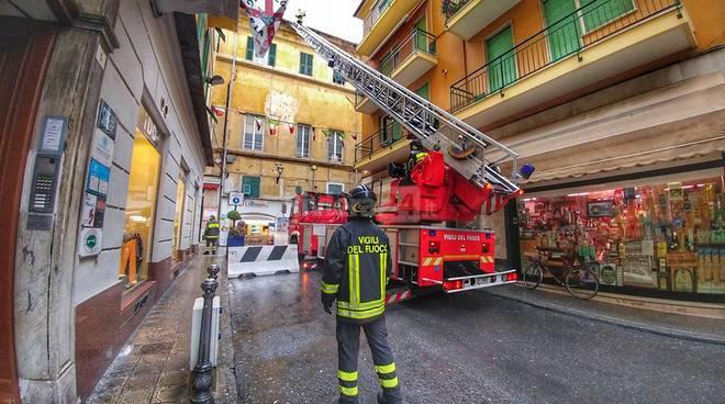 riviera24 - vigili del fuoco via palazzo sanremo calcinacci