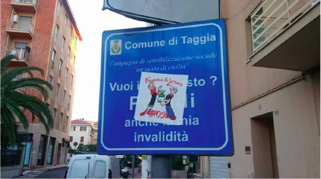 cartello stradale coperto