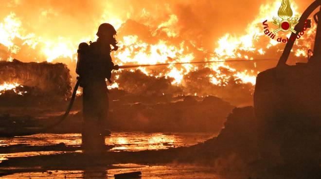 Sanremo, fiamme nel deposito della Recup-Fer: evacuate le abitazioni