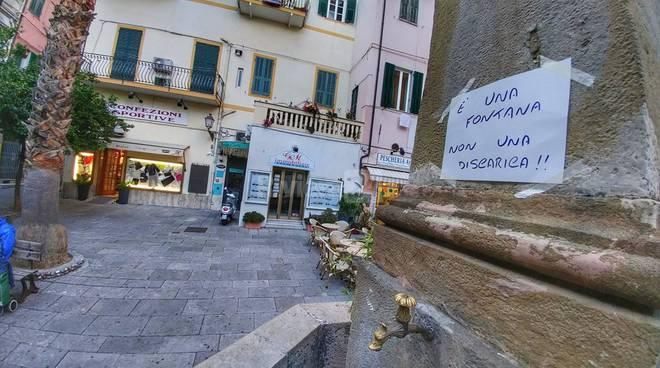 """riviera24 - """"E' una fontana non una discarica""""'obelisco di piazza Bresca"""