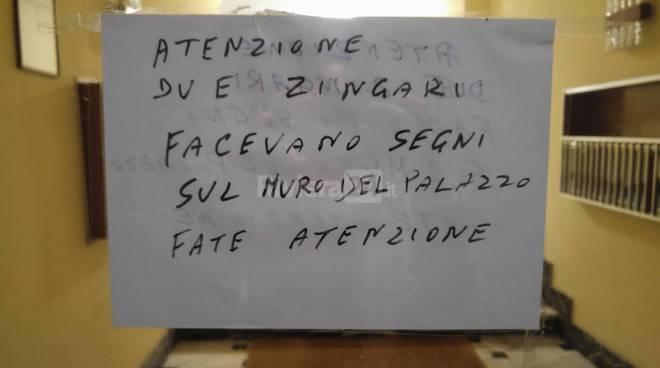 riviera24 - Atenzione, due zingari facevano segni sul palazzo
