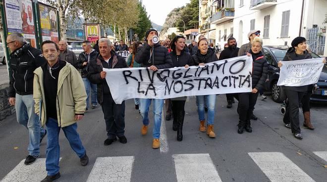 """riviera24 - Il corteo di """"Ventimiglia Libera"""" manifestazione"""