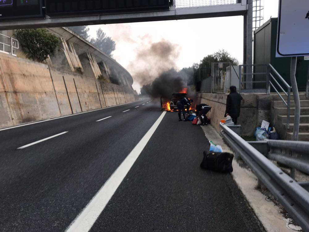 auto in fiamme a10