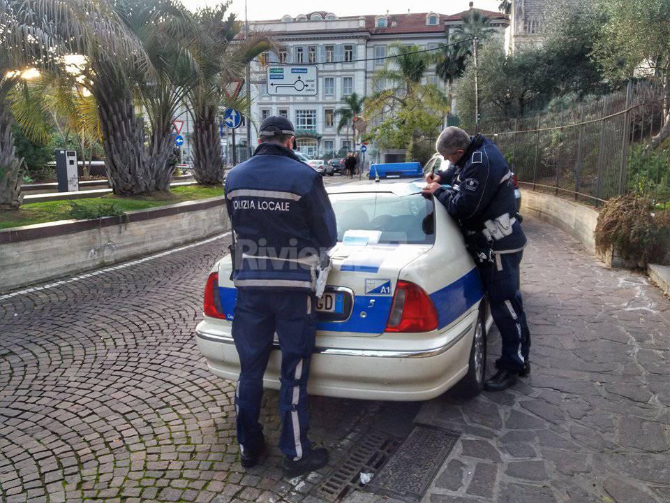 La polizia municipale in azione al parco delle Carmelitane
