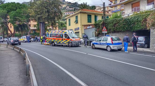 riviera24 - Terrificante frontale scooter-furgone sull'Aurelia a Sanremo: giovane donna in gravissime condizioni