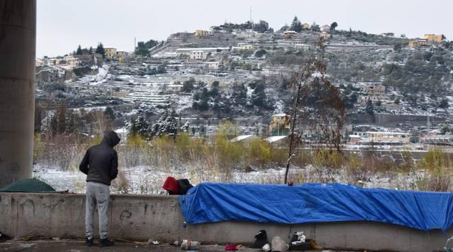 Migranti a Ventimiglia con la neve
