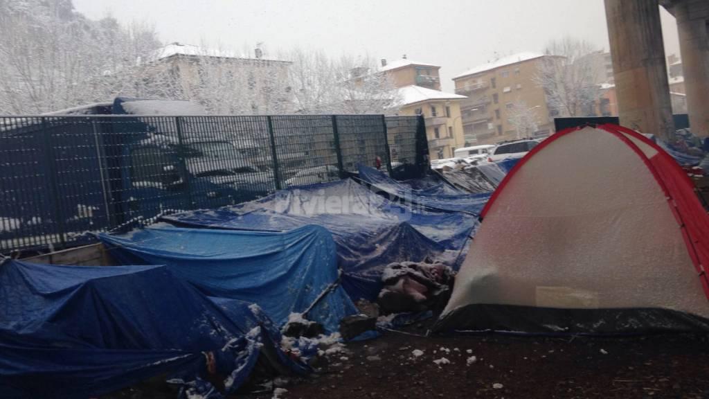 migranti alle Gianchette nella morsa di neve e gelo
