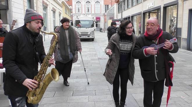 Riviera24-artisti di strada scendono in piazza contro il regolamento del Comune