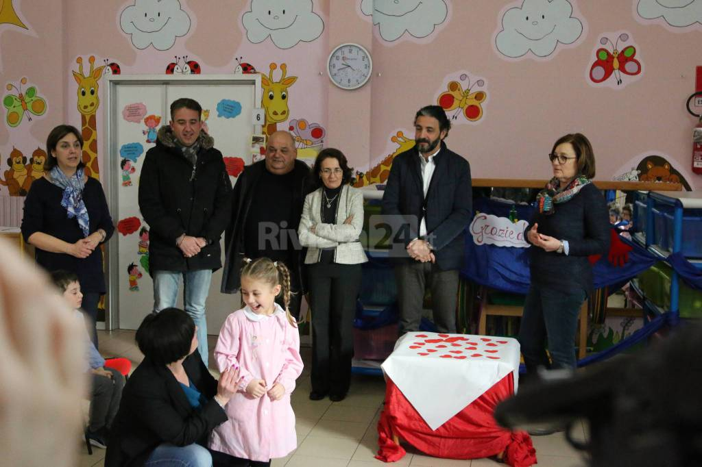 Riviera24-defibrillatore e lo dona alla scuola dell'infanzia G. Rodari