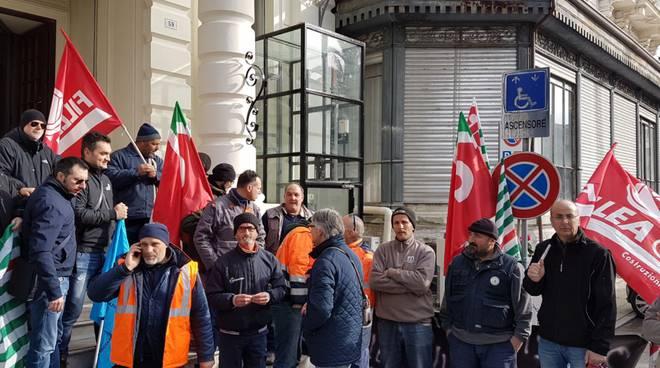 riviera24 - Rivieracqua, i lavoratori delle aziende creditrici presidiano Palazzo Bellevue