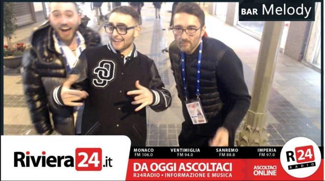 riviera24 - Rocco Hunt immortalato dalla selfie-machine di Riviera24