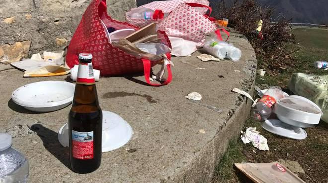 riviera24 - Scempio a Monte Bignone: incivili lasciano discarica a cielo aperto dopo il pic nic