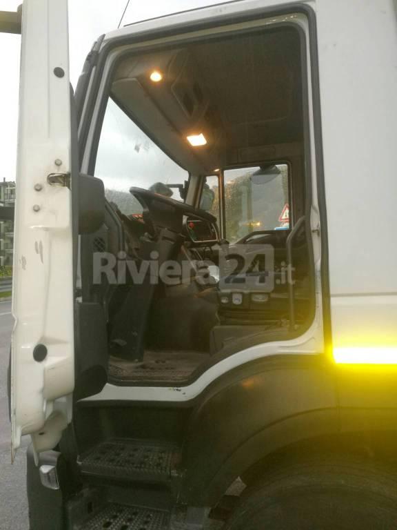Sanremo, camion di Amaie Energia lasciato incustodito, paura per la sicurezza nel quartiere San Martino