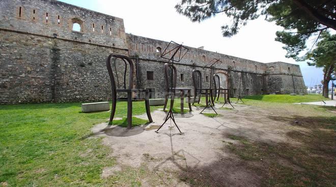 Le sedie giganti di benetta nuova attrazione turistica di for Acquisto sedie