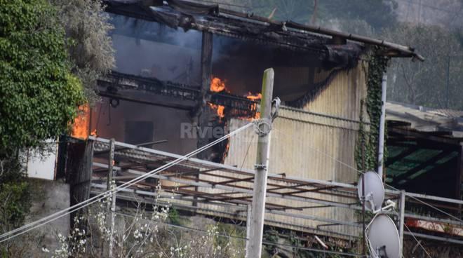Spaventoso incendio a Vallecrosia: brucia deposito