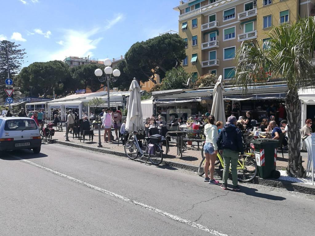 turisti in via matteotti dehors gremiti