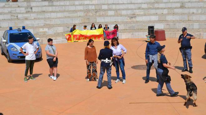 """Camporosso, 150 studenti alla passeggiata della legalità """"Il piacere di giocare sano"""" promossa dalla Polizia di Stato"""