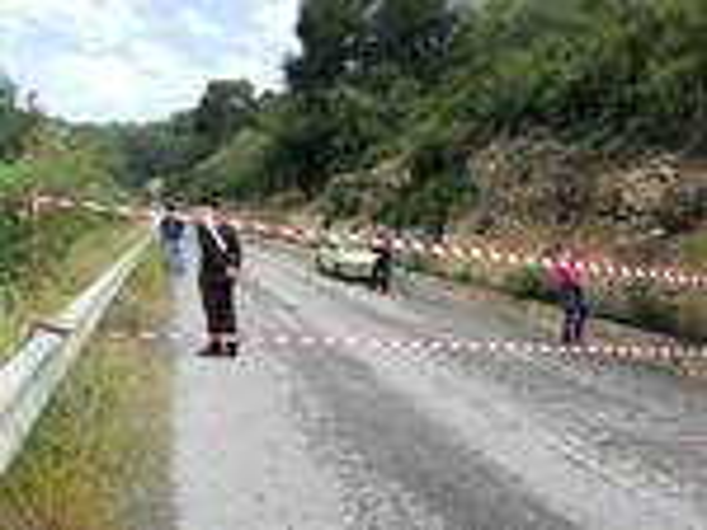 riviera24 - Taggia, agricoltore blocca la strada di Collette Ozotto per protesta