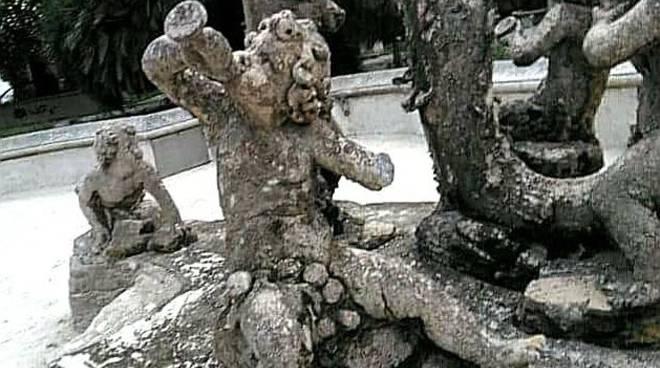 statua rovinata
