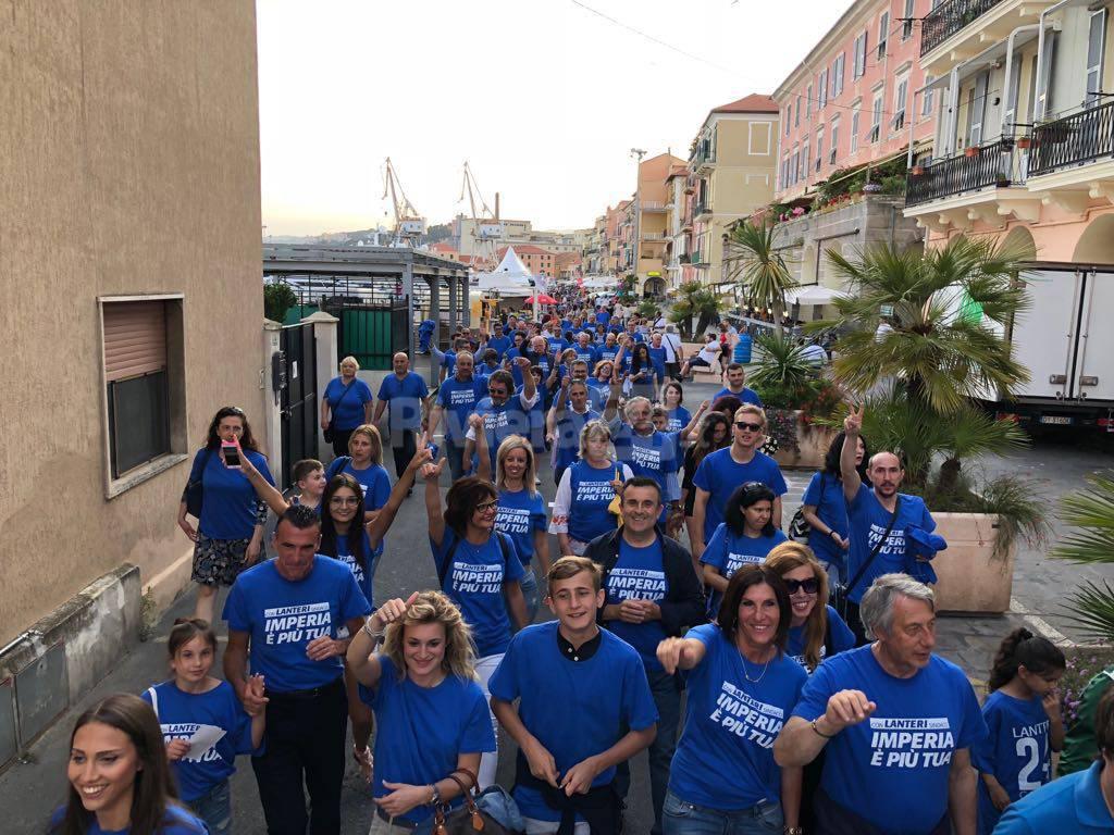 riviera24-Imperia, flash mob a San Giovanni: l'onda blu per Luca Lanteri