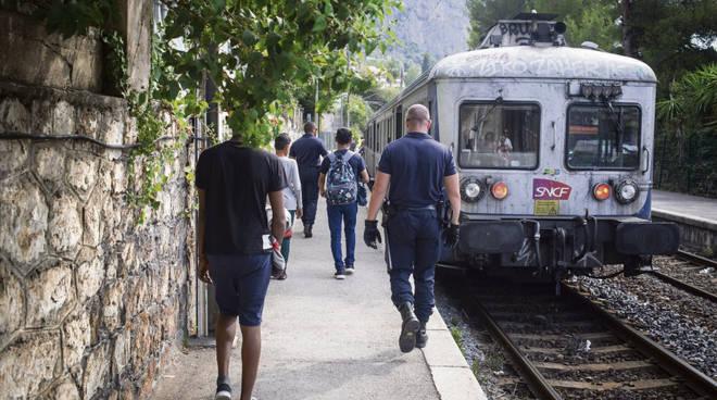 riviera24 - polizia francese treno migranti