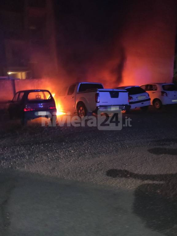 Auto in fiamme a vallecrosia
