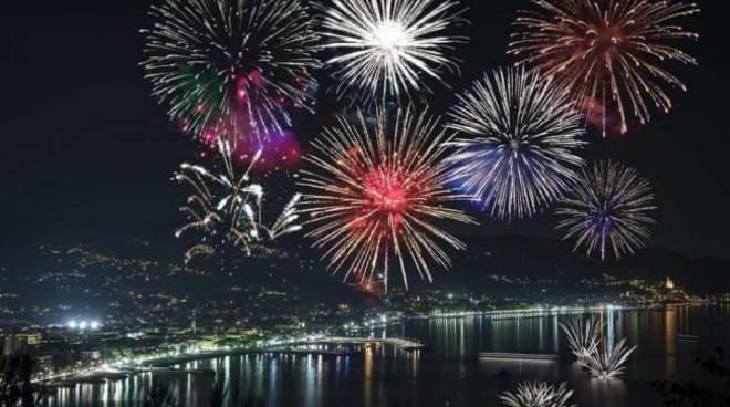 riviera24 - Fuochi d'artificio a Diano Marina