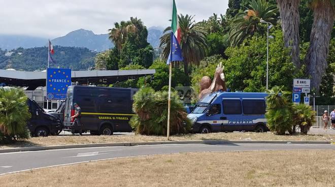 riviera24-manifestazione frontiera no border