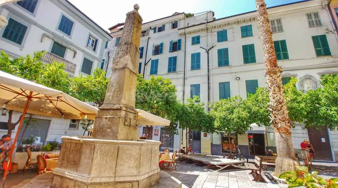Riviera24 - Piazza Bresca, obelisco