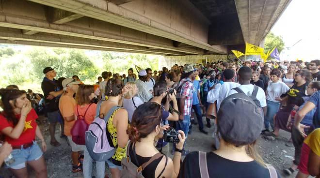 riviera24-Ventimiglia Città Aperta migliaio alla manifestazione per aprire le frontiere migranti