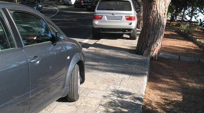 Riviera24- auto su marciapiede
