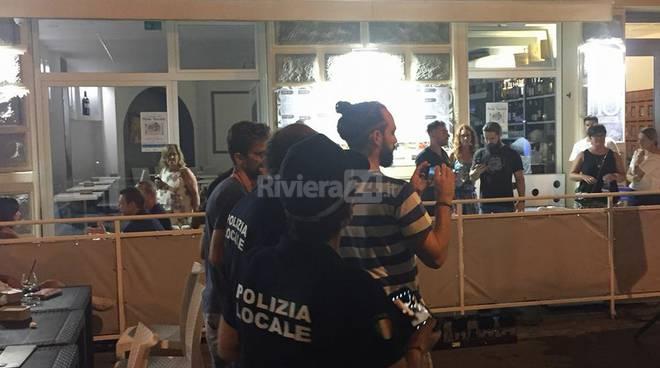 Riviera24- Secchiata d'acqua via Veneto