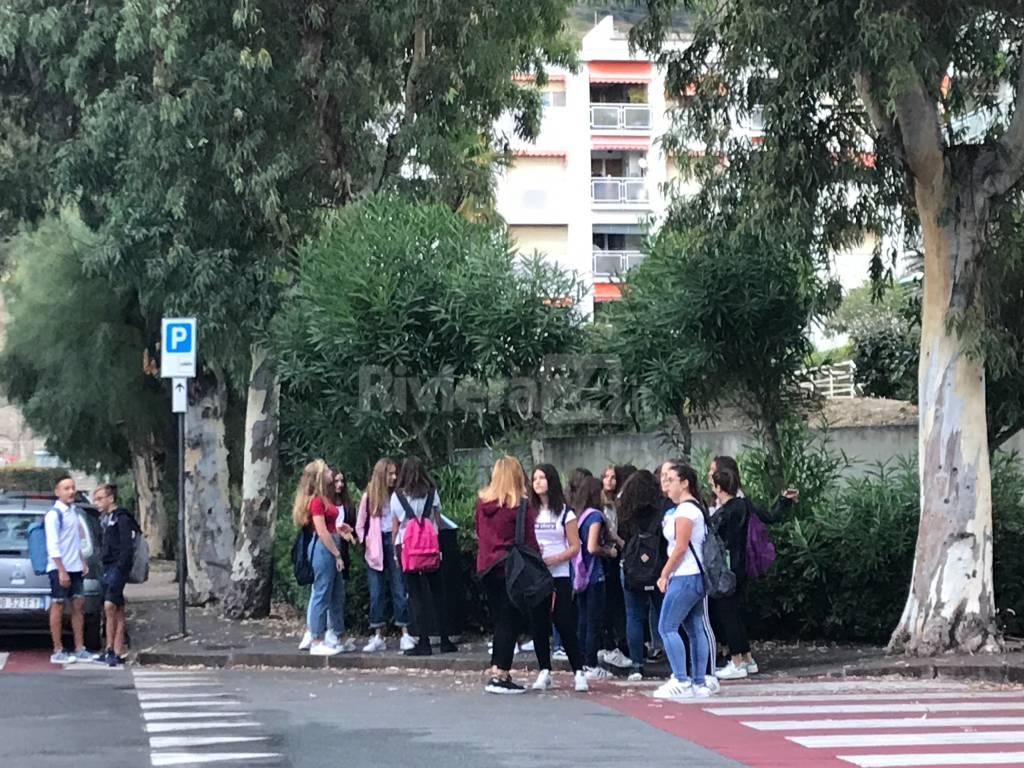 Riviera24- Alunni primo giorno di scuola