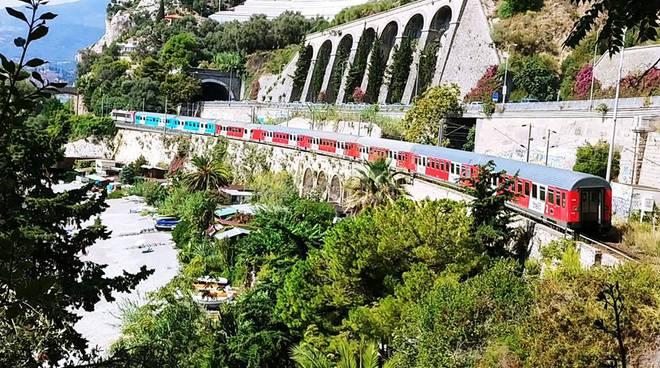 riviera24 - Treno fermo vicino al confine di Ventimiglia