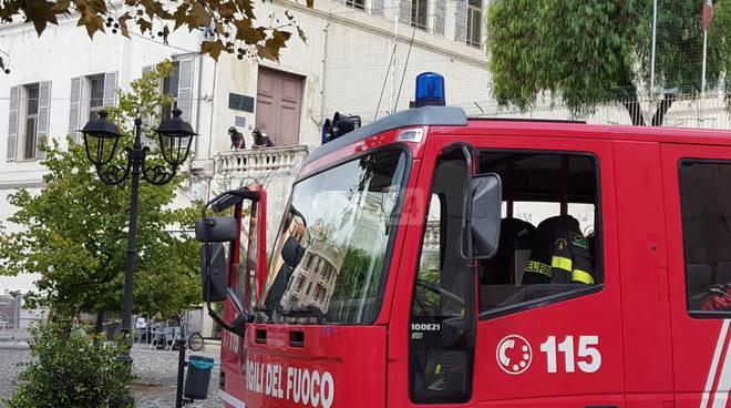 riviera24-Vigili del fuoco in azione all'Istituto Colombo scuola