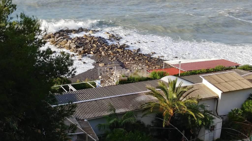 riviera24-Le spiagge di Ospedaletti cancellate dall'alta marea maltempo