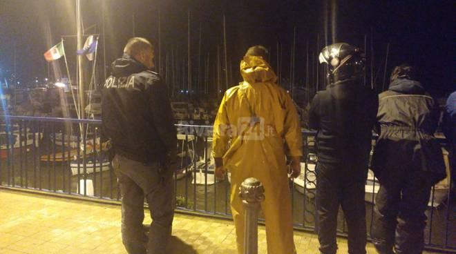 Riviera24-polizia porto vecchio mareggiata