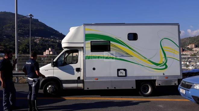 Riviera24- Rimorchio cavalli migranti