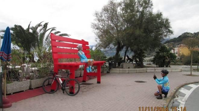 Panchina Lungomare : Ventimiglia installata sul lungomare una maxi panchina rossa