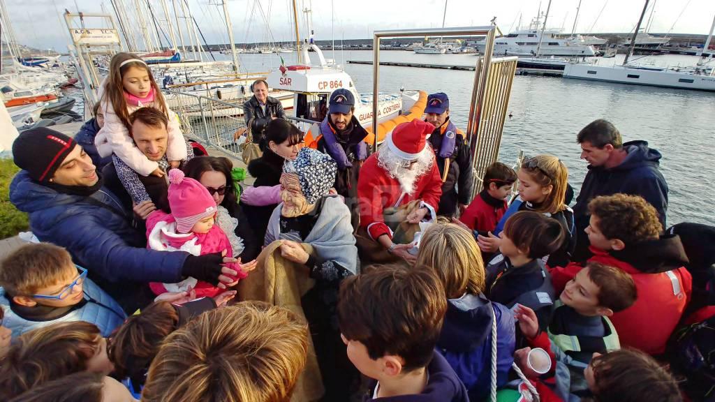 riviera24-Babbo Natale e la Befana sulla motovedetta della Capitaneria