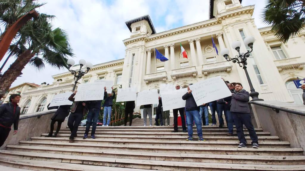 riviera24-Flash mob di protesta degli interinali del Casinò