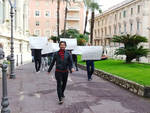 riviera24-Flash mob di protesta degli interinali del Casinò