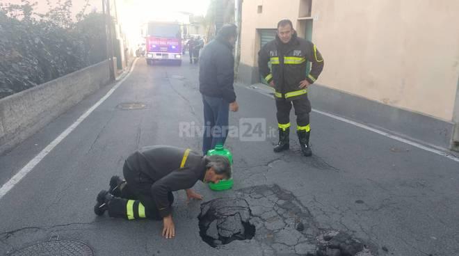 riviera24-Sanremo buca nell'asfalto intervengono i vigili del fuoco
