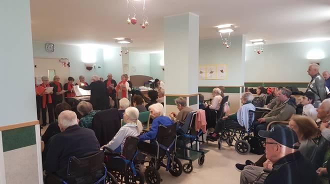 Riviera24- Il coro di Poggio alla residenza Le Grange