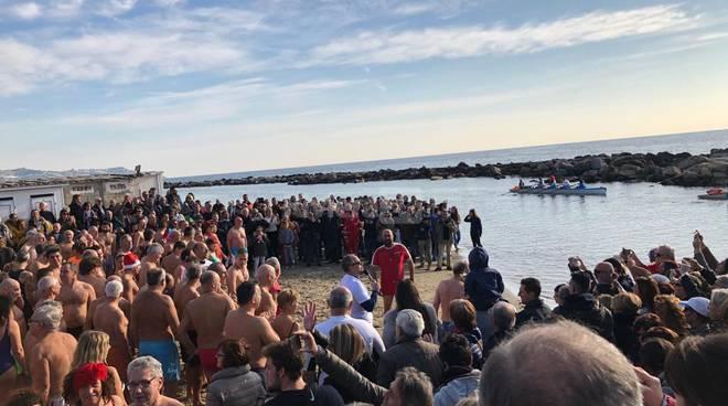 riviera24-Sanremo, l'onda del cimento bagna il primo dell'anno