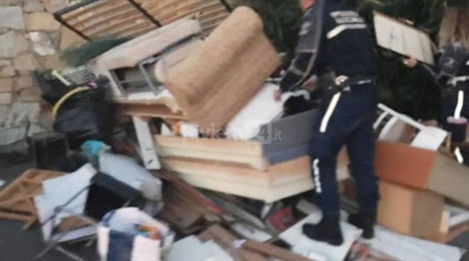 riviera24-Ospedaletti, incivili dei rifiuti svuotano alloggio e buttano tutti in mezzo alla strada