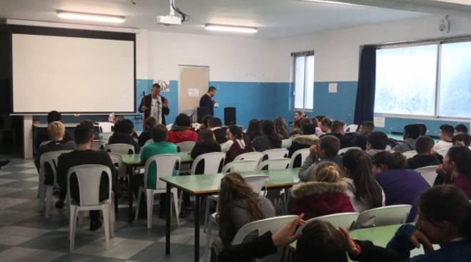 Riviera24- Maurizio Capone alla scuola di Roverino