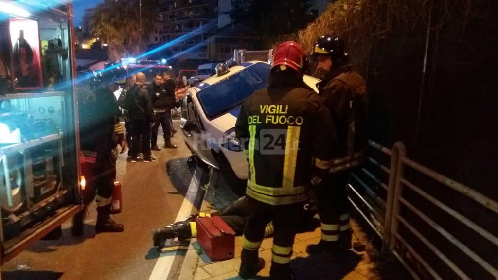 Auto dei vigili fuori strada in via Pietro Agosti