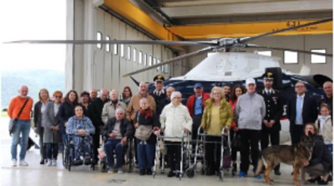 riviera24 - Anziani in visita ai carabinieri