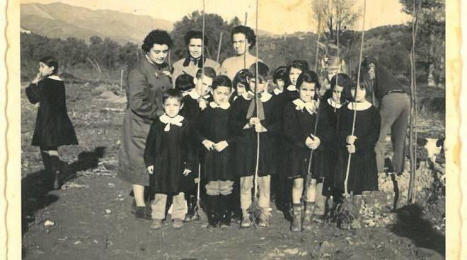 maestra anna spinelli con un gruppo di scolari